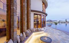 Terrasse agréable avec vue sur la piscine et la mer