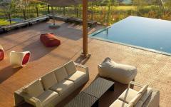 Salon moderne de jardin autour de la piscine