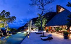 belle maison avec piscine vue de nuit