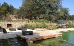 Terrasse autour de la piscine à débordement