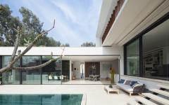 La terrasse et la piscine vues de jour