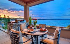 table de repas avec vue sur l'eau