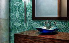 toilettes aménagées mosaïque murale verte