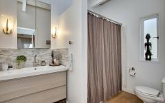 salle d'eau simple en blanc design propre