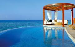 piscine avec vue sur l'eau turquoise
