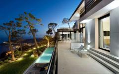 Vue de nuit éclairée villa côte d'azur nice