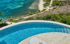 terrasse piscine vue sur la mer turquoise