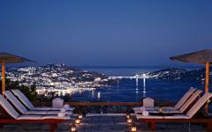 vue de nuit terrasse vacances en grèce