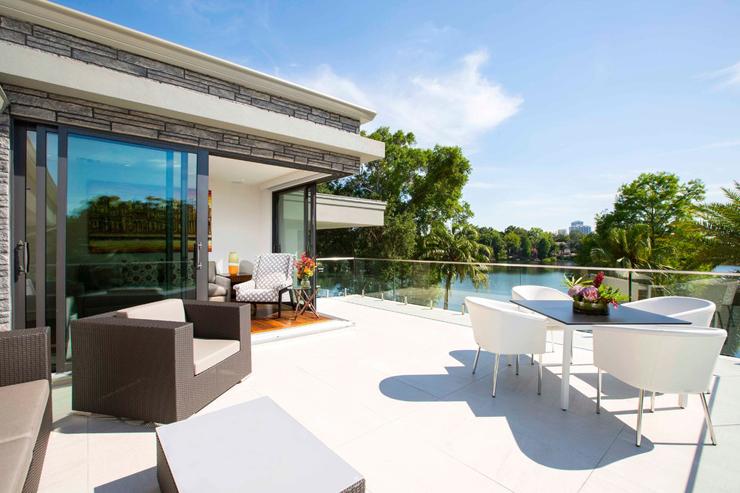 Maison contemporaine en floride au design luxueux et - Maison avec balcon terrasse ...
