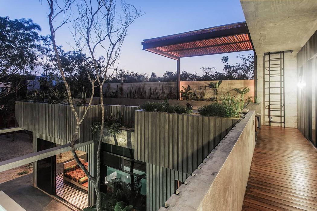 Belle maison de vacances la d co industrielle tulum au for Maison en beton banche