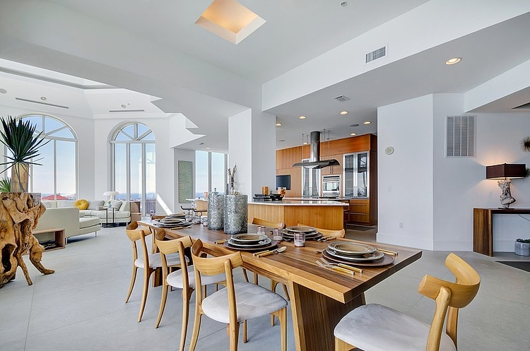 Superbe propri t de luxe sur la c te d meraude en for Salle a manger de luxe design